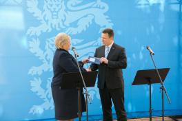 PM Ratas handed an e-residency card to the PM of Norway